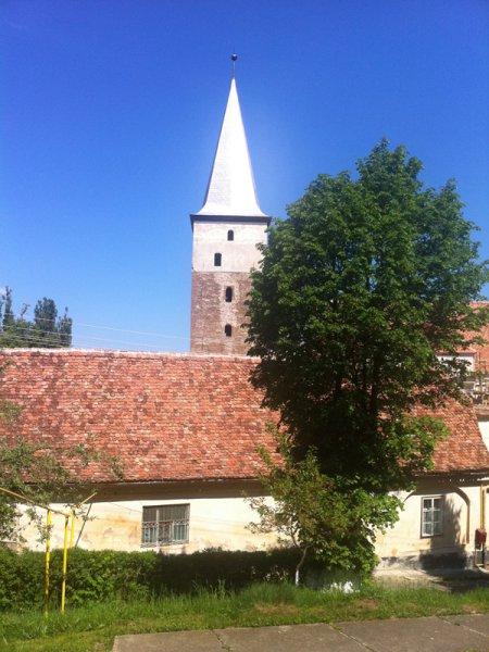 Burghüterwohnung mit Kirchturm im Hintergrund